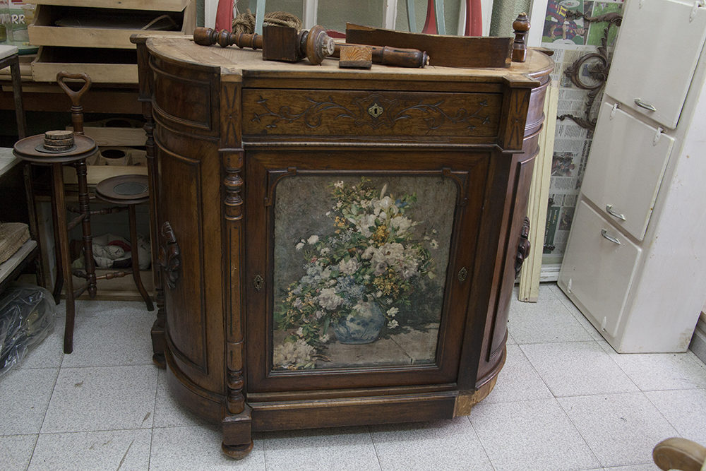 Como se restaura un mueble good mueble viejo pintado with - Como restaurar un mueble antiguo ...